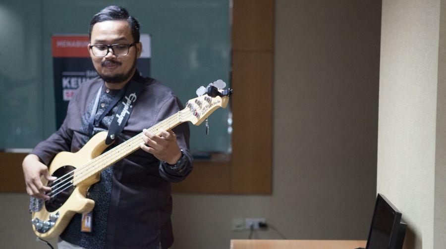 Walking with bass Bass Bassist Jakarta Sessionplayer Additionalplayer INDONESIA Megaclub Fricosihaloho Music Bassplayer Bassforpraise