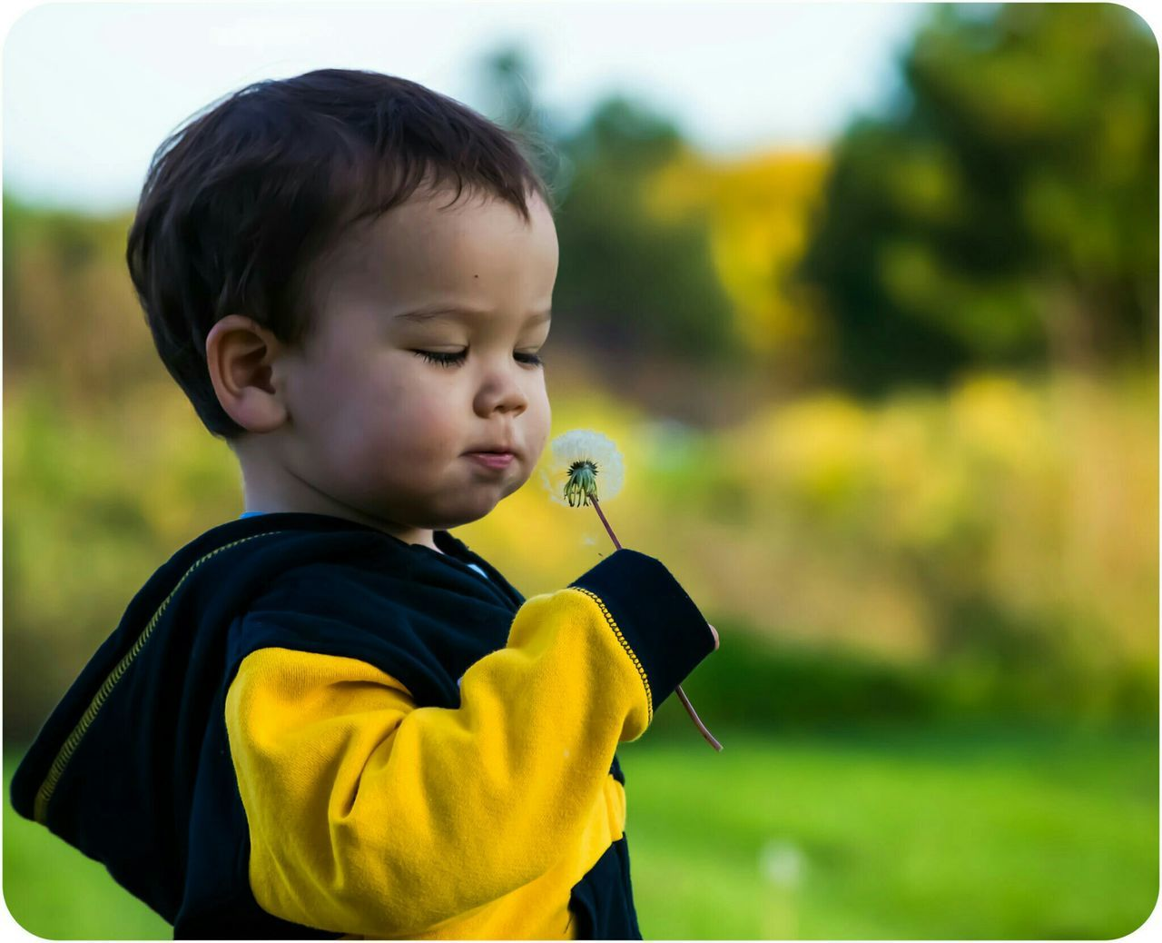 childhood, boys, real people, focus on foreground, one person, leisure activity, holding, outdoors, casual clothing, day, lifestyles, playing, yellow, one boy only, bubble wand, nature, close-up