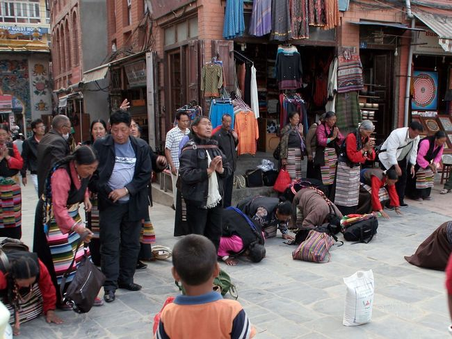Kathmandu, Nepal PrayforNepal Tibetan pilgrims pray in Bodnath