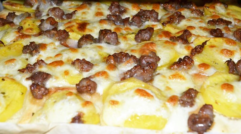 Abundance Backgrounds Baked Bakedpotato Close-up Cucinare Detail Focaccia Food Freshness Full Frame Gustoso Handmade Indulgence No People Patate Pizza Time Ready-to-eat Salsicce Selective Focus Serving Size Snack Still Life Temptation