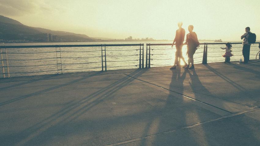 就這樣牽著手,漫步在夕陽下 也很好 ( 淡水到處都很閃 😎😎😎 Couple Family Time Forever Light And Shadow Love ♥ Sea Sunset Whereareyou Wishyouwerehere Capture The Moment