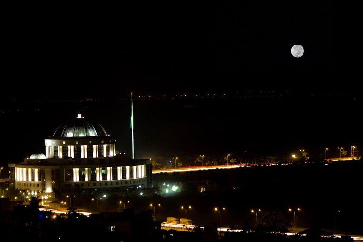 Night Moon Architecture Illuminated Headquarters Nightphotography Long Exposure