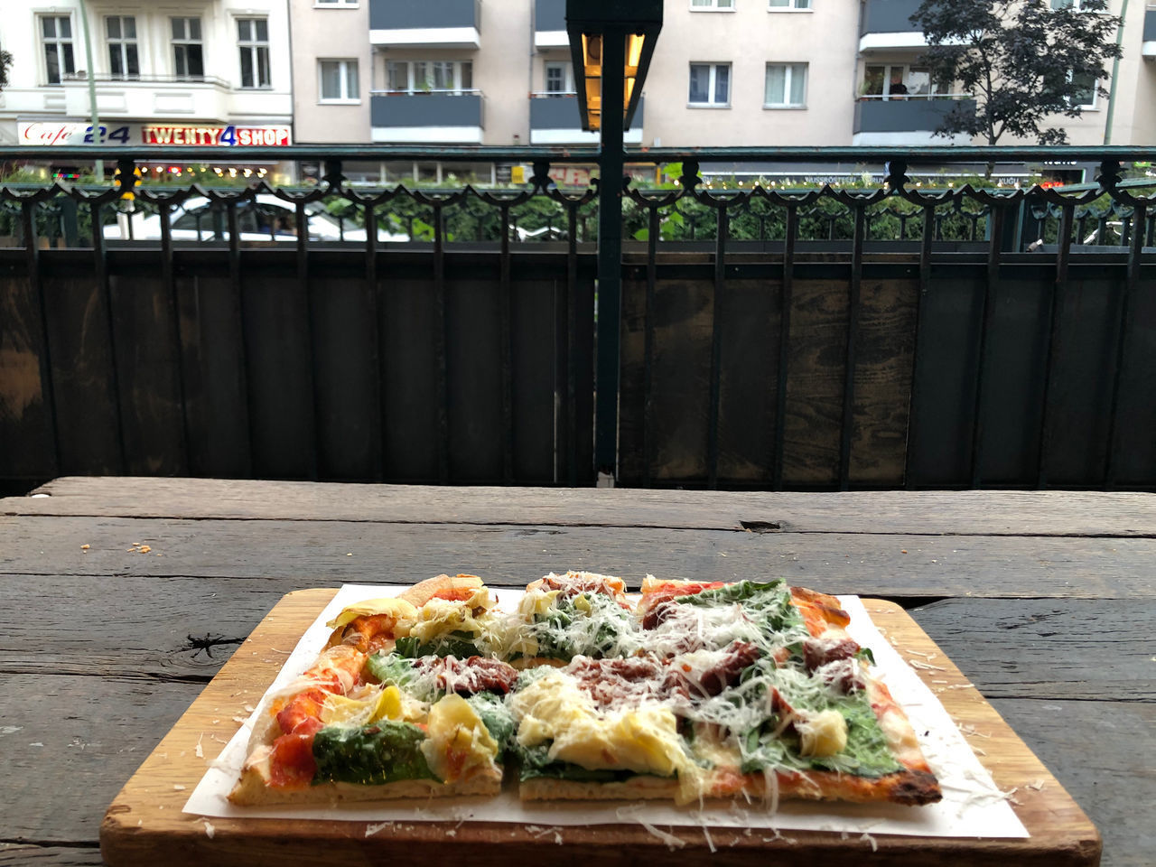 HIGH ANGLE VIEW OF PIZZA ON TABLE AGAINST WALL