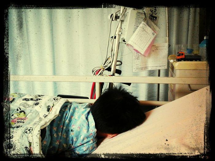 勳勳住院,睡午覺的背影,好心疼。