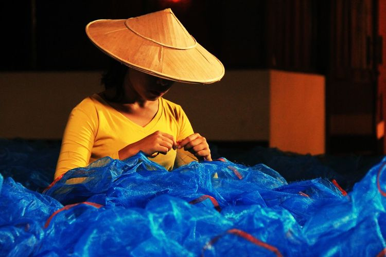 The girl who knitting the fishing net Women Working Skill  Knitting Needle Textile Sewing Sewing Machine Knitting Dressmaker's Model