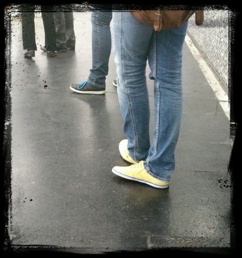 Schuhwerk An Verschiedenen Menschen Shoot The Street With Pointer Footwear