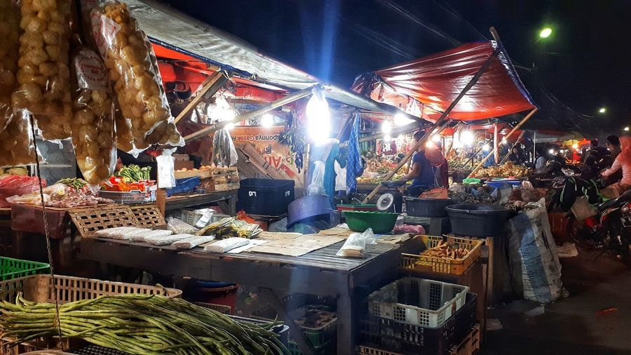Nightphotography Streetphotography Illuminated Market Market Stall Fish Market Street Market Farmer Market Fishes Stall Display Retail Display Fishing Industry Market Vendor Dried Fish  Crushed Ice For Sale Shop Various Flea Market Price Tag