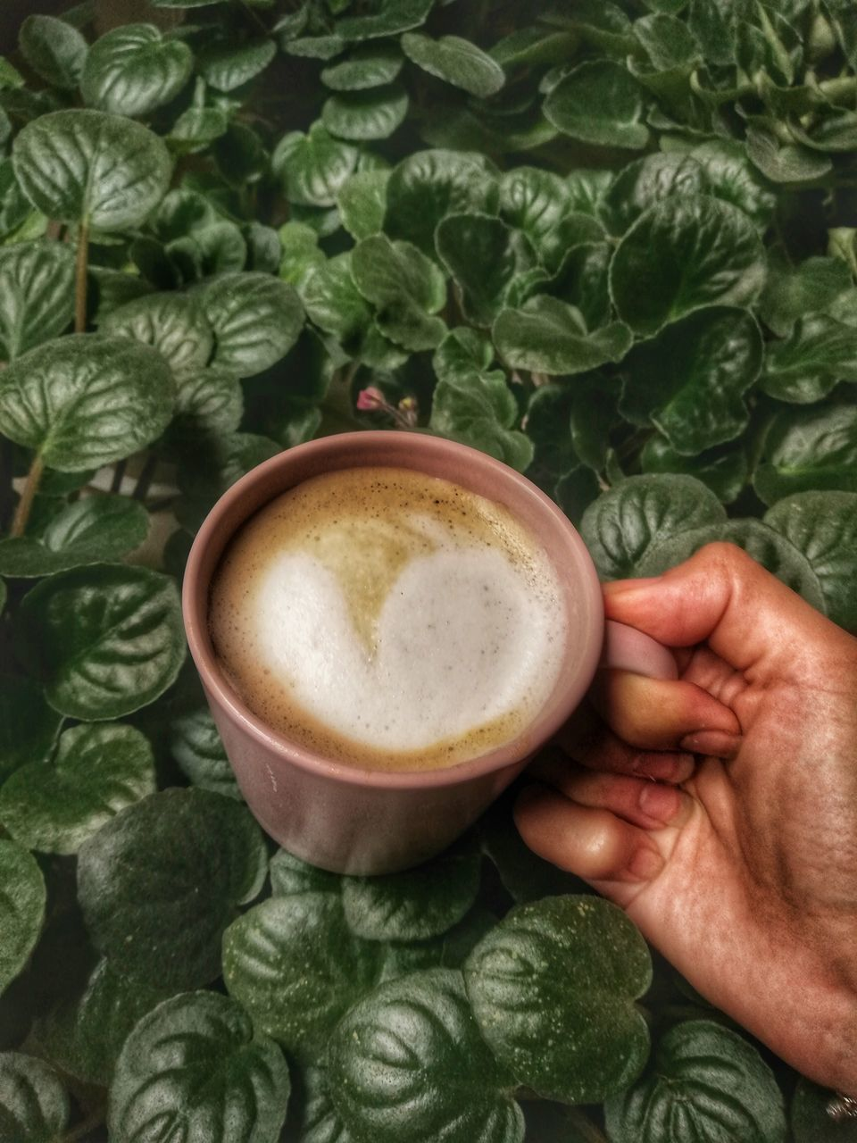 CROPPED IMAGE OF HAND HOLDING COFFEE CUP WITH SPOON