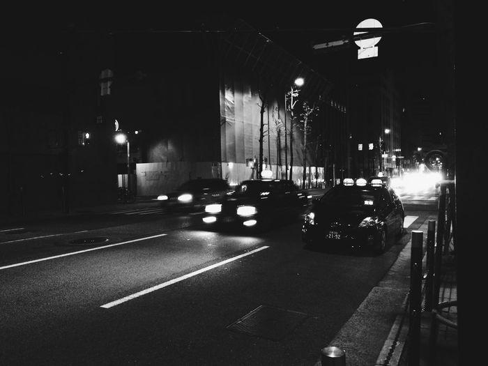 残業で今から帰宅。今日はすこぶるサミー!(´Д` )iPhoneで写真とるのに手袋外したら関節痛いっての(笑)モノクロフィルムで撮りたいけど今フィルム在庫無いんやった。また仕入れないとなぁ。 Night Lights Osaka,Japan Monochrome Blac&white  Mylife Street Photography