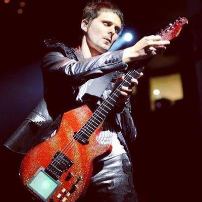 Love his red glittered manson <3 Muse Mansonguitar Redglitteredmanson Mattbellamy muser muserforever pwopermuser guitar kaosspad