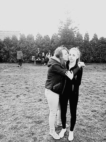 """""""Przyjaciółki to takie wariatki,których nikt nie rozumie,a one rozumieją sie nawet bez słów """" ❤❤❤ Marysia :*"""
