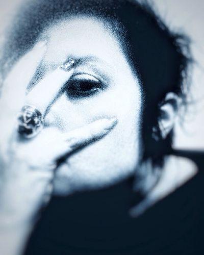 Gib mir mein destillatgib mir mein alltagstodgib mir mein gnadenbrotzur ewigkeitDa wird auch zweifel seinda wird unglaube seinda wird auch zaudern seinwie alle einsam und alleinEin andrer in mir schreitschmerzvolles grosses leidgeburt und schicksal wehtwie lust an mir vorbeimein herz gebart die qualein allerletztes malein toter musikantspielt das stille lied. (Das Ich) Self Portrait Darkart Vampires And Werewolves MeMyself&I OpenEdit Black & White Blackandwhite Monochrome NEM Self Open Edit STAY HUMAN 💯 Skull
