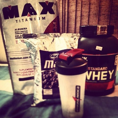 100% Of the protein from Chegooooooou... mas 1 para coleção. My 100% Whey Protein Gold Standard \o VanillaInCream , mas os brindes  NeoNutriMalto, Garrafa, Max Titanium 'Mass Titanium 17500' IntergralMedica *-* TrueStrength NpNg NoPainNoGain ! Fitness Bodybuilding www.optimumnutrition.com. www.maxtitanium.com.br