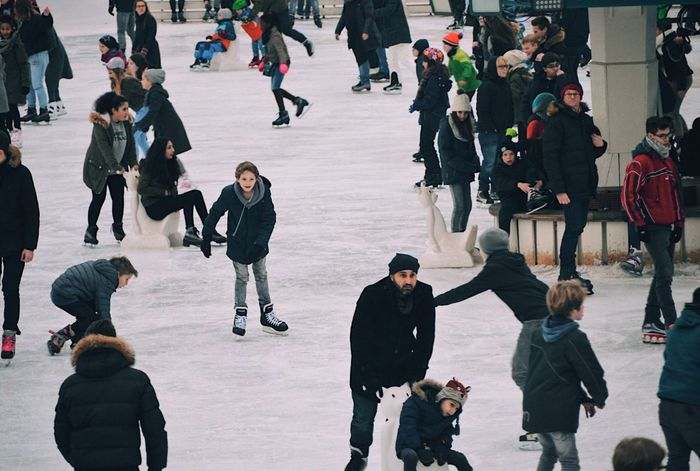 Ice rink Large Group Of People High Angle View Leisure Activity Ice Skating Ice Skate Ice Skating Rink Ice Rink Winter Winter Rink Winter fünf People Mixed Age Range Lifestyles Women Outdoors City Crowd Day Men Adults Only Adult Performance Musician Ice Rink