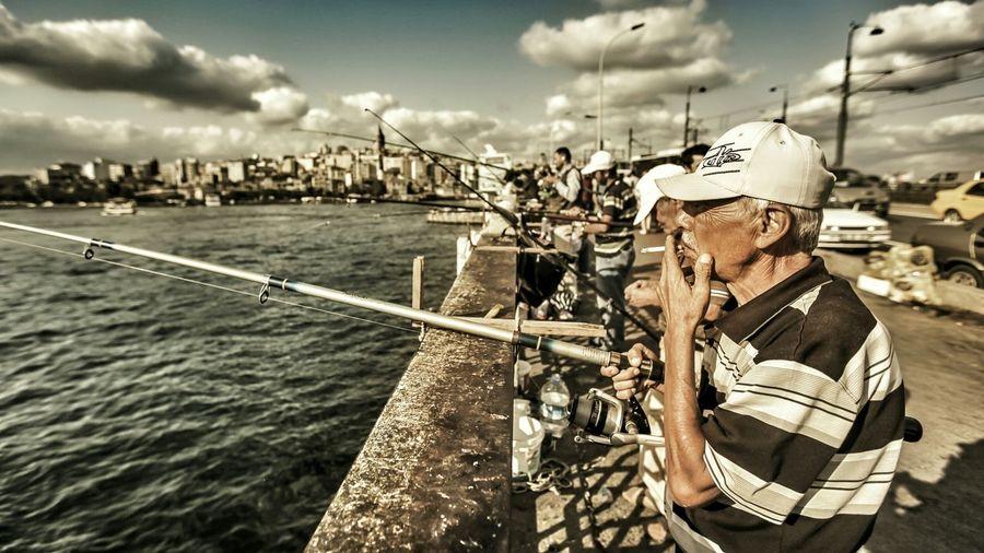 Bir istanbul klasiği foto.. Fishing Fisherman Eye4photography  Streetphotography View Street Enjoying Life Cigarette  Travel Istanbuldayasam