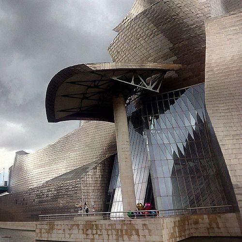 El edificio del museo Guggeheim de Bilbao es una verdadera obra de arte por si solo. Nunca me canso de fotografiarlo. Guggenheim Bilbao BasqueCountry Art Illustration Drawing Draw Picture Artist Sketch Sketchbook Paper Artsy Instaart Beautiful Instagood Gallery Masterpiece Creative Photooftheday Instaartist Graphic Graphics Artoftheday