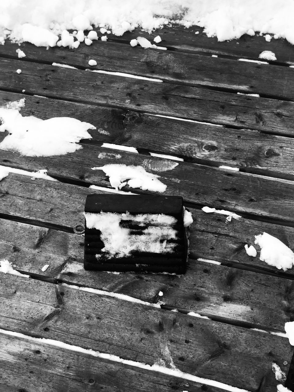 HIGH ANGLE VIEW OF SNOW ON WOODEN TABLE