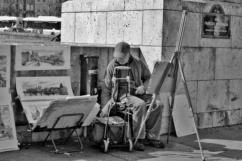 Создание шедевров на набережной Сены EyeEm France Paris I Love My City Capture The Moment B&w Photography EyeEm Gallery B&w Street Photography Париж Paris, France  EyeEm Best Shots EyeEmBestPics The Changing City