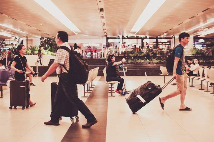 Travel Eyeemoninstagram Singapore Travelling Photography EyeEm Selects Full Length Men Women Friendship Luggage Airport Departure Area Passport Arrival Departure Board Airport Suitcase Wheeled Luggage Airport Terminal Luggage Cart