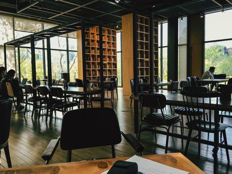그래도 명색이 도서관이니 조금씩만 조용히 해주었으면... 카페 아니거든요. 제발 애들 대리고 입장은 자제해주시길....