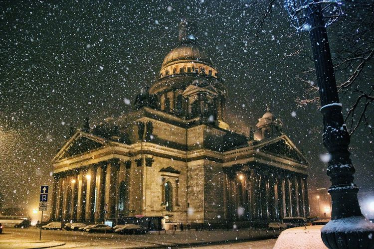 Snowing over St Isaac's cathedral Russia Russian Saint Petersburg Winter Night Nightphotography City Citylife Citylights Travel Destinations Travel Photography Travel Arquitecture Arquitectura Beautiful Christianity Cathedral Snow Snowing Street Beautiful Monument Illuminated Place Of Worship Spirituality Religion Architecture Built Structure Cold Temperature Snowfall