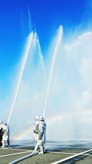 こんばんは。富士市消防出初式 一斉放水の時の、私の所属する28分団の写真です。毎年、楽しみにしている瞬間です。青空と共に水しぶきが輝いていました。 消防出初式 消防団 Blue Sky 放水 Hello World 水しぶき