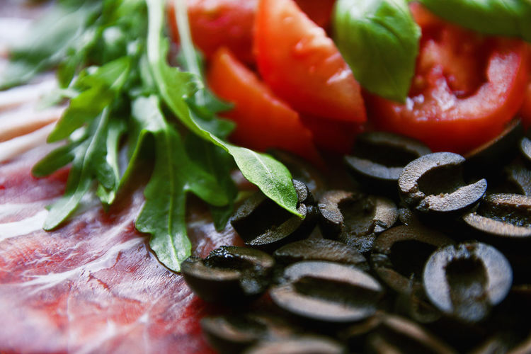 Today we made next homemade pizza. I'm learning how to make delicious photos of food and it brings me more and more fun! Close-up Food Food And Drink Foodphotography Freshness Ham Healthy Eating Indoors  Italian Food Italiana No People Olives Onion Pizza Rucola Tomatoes Vegetable Maximum Closeness