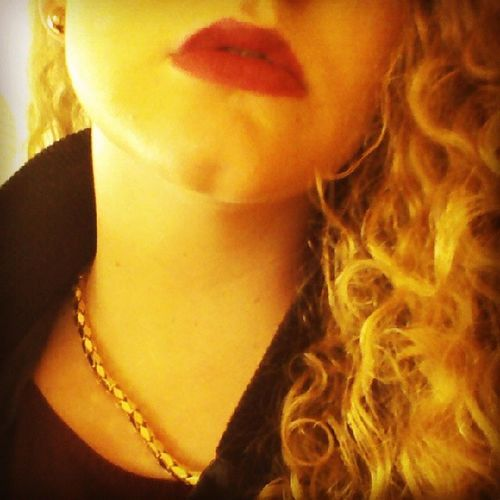 Teach her to drink like a real girl! Missplatnum Drink Like Real girl lips redlips golden curls curlyblond blonde neck chain pictureoftheday readyfortheweekend weekend wochenende whop party readyforparty partygirl schwanzlutschlipglossaufgelegt