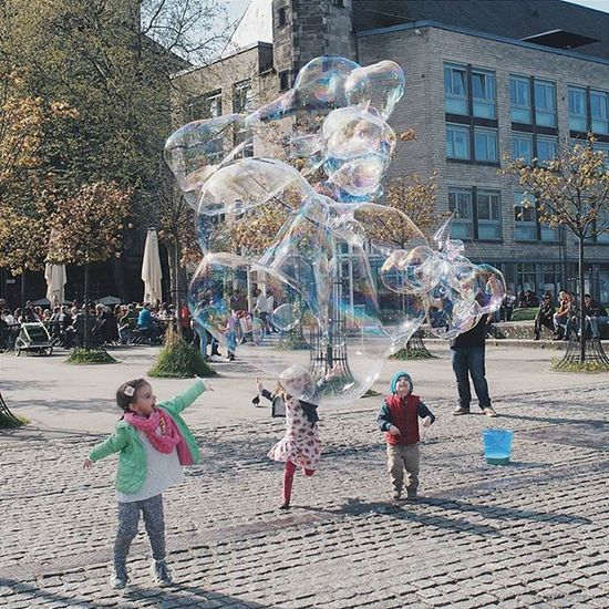 Kids & bubbles. It was a nice sunny Sunday in Cologne. 19-04-15 . . . RRMfamilytrip2015 Throwback Cologne Germany Köln Europe Sunnyday Instagermany Traveling Vacation Rrmfamilytrip