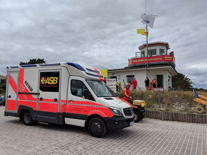 DLRG ASB Rettung Rettungsdienst Rettungsschwimmer Rettungswagen Rtw Lifeguard  Baltic Sea Swimming Politics And Government Fire Engine Paramedic Firefighter Police Force Service Rescue Accidents And Disasters Emergency Equipment Extinguishing Rescue Worker Lifeguard Hut Lifeguard  Lookout Tower