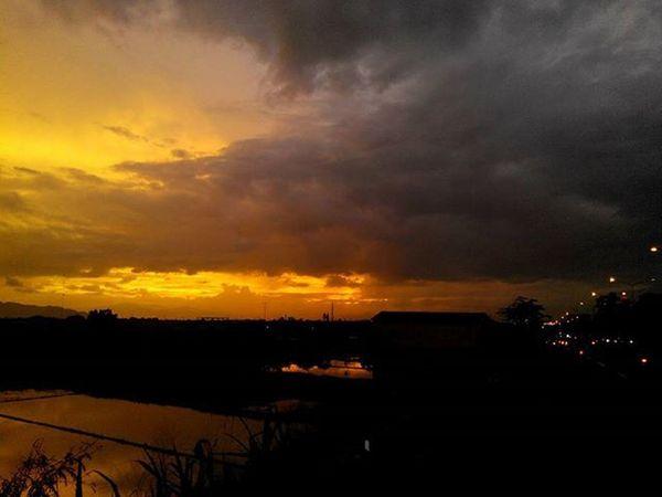 Senja  ... yang Jingga ...pertama tahun ini... sebelum Gelap Malam tiba... Senja  Awaltahun NewYear Sunset ByPass Bandung Lenovotography Photooftheday Pocketphotography Lzybstrd Journey