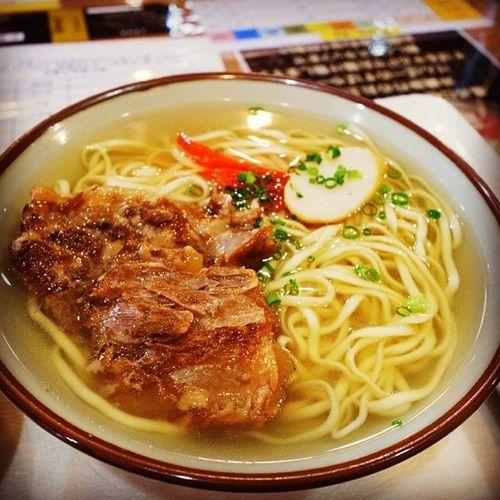 お昼まだ食べてなかったので沖縄そば。なんこつムチムチでめちゃ美味しい…