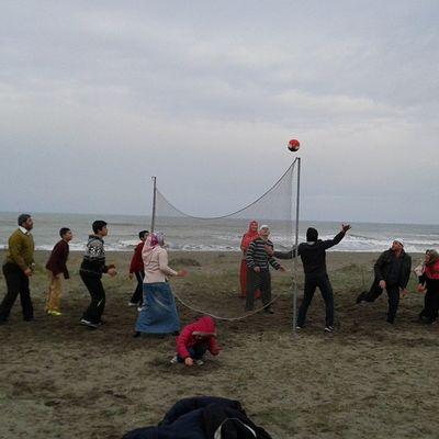 Bu havada sahilde voleybol maçı yapan biz :)
