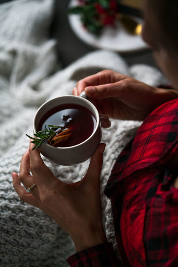 Hot Whiskey Drink Drink Cup Holding Hand Hot Drink Food And Drink Real People Tea Tea - Hot Drink Tea Cup Drinking EyEmNewHere Lifestyles Mug Women Human Hand Holiday Drinks Warm Drink Cup Of Coffee Hot Tea Bourbon Whiskey Christmas Cocktails Christmas Drinks