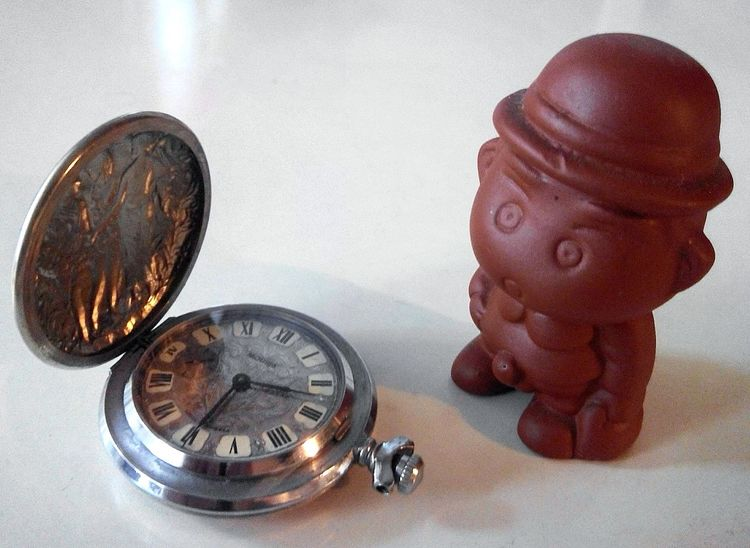 Мальчик, вызывающий улыбку и старинные часы... керамика ретро часы штучки Watches Old Art