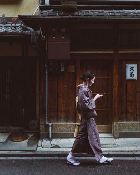 @itchban / itchban.com Geisha Japan K Modern Tradition Architecture Clothing Cultures Lifestyles One Person Side View Smartphone Traditional Clothing The Traveler - 2018 EyeEm Awards