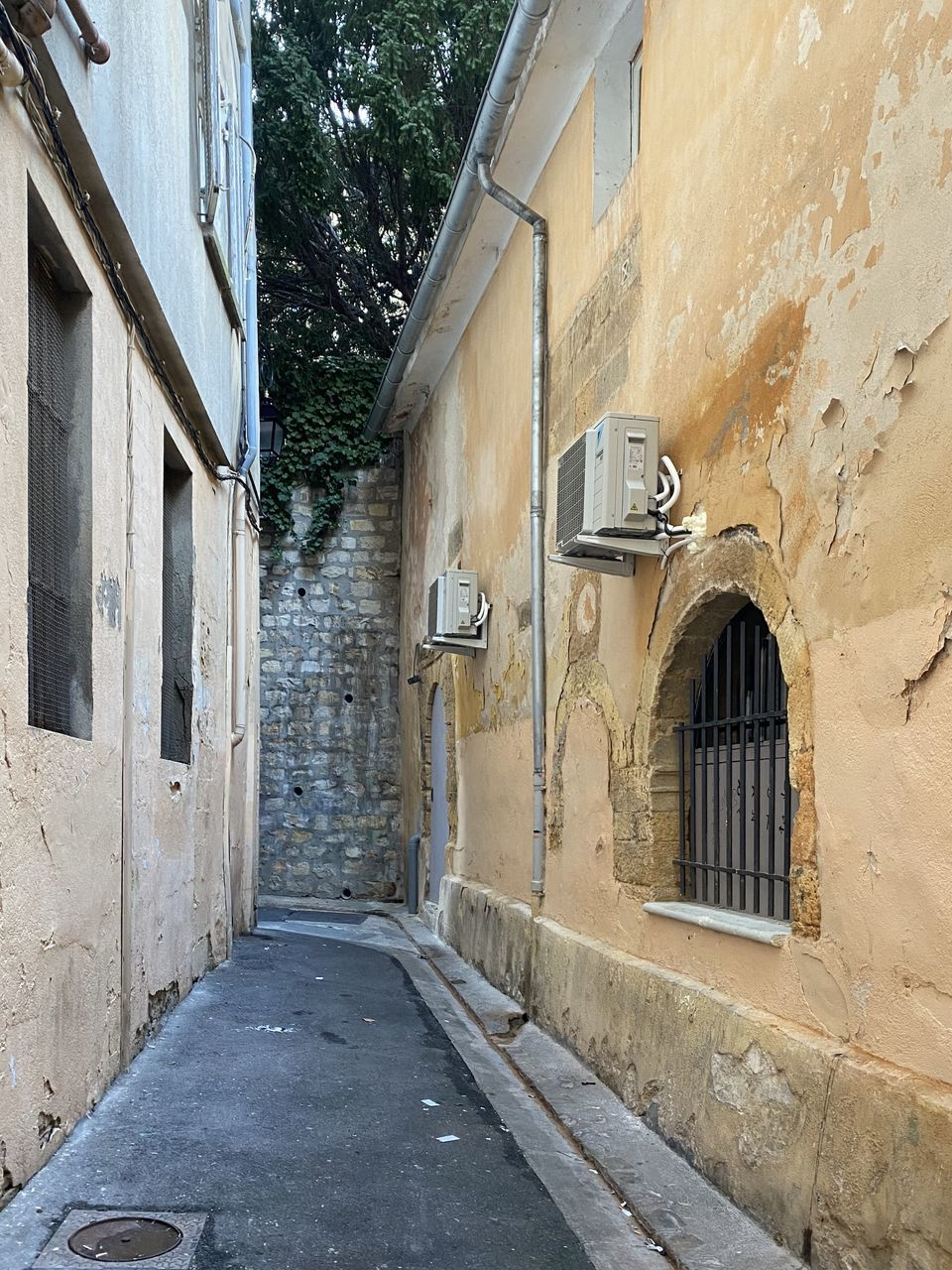 architecture, built structure, building exterior, building, window, no people, the way forward, direction, city, day, wall - building feature, street, residential district, old, footpath, house, outdoors, road, alley, door