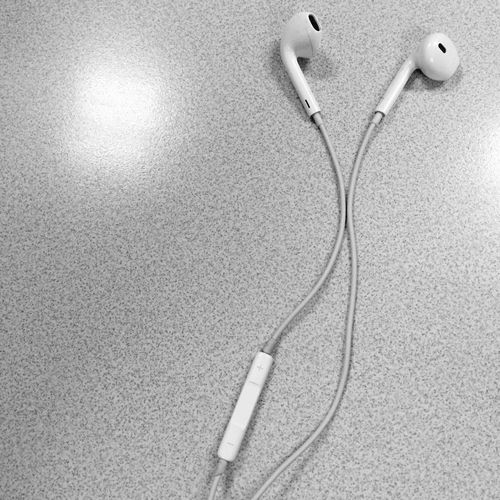 Hear Earpods Apple No People Table Cord White Music Listen Hear Listening To Music In Ear TakeoverMusic Lieblingsteil