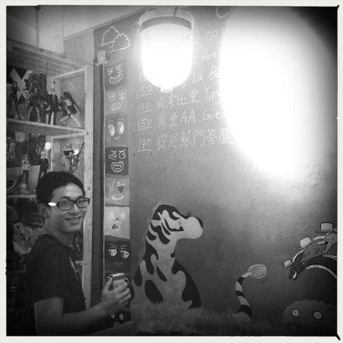 朋友的咖啡館,有2個朋友一起努力 People Hipstamatic Black And White Coffee Shop