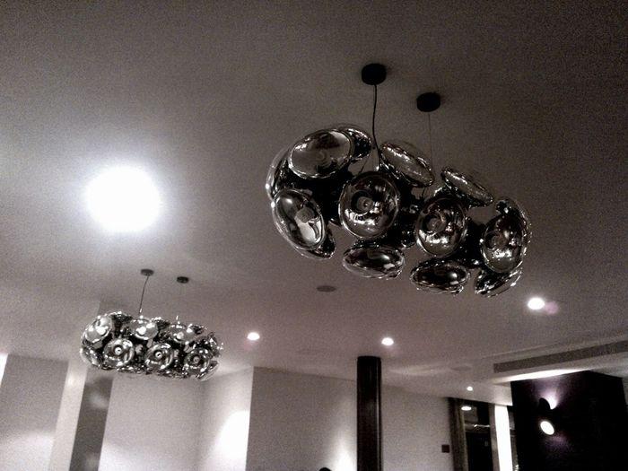 Сверхстранные люстры в баре отеля