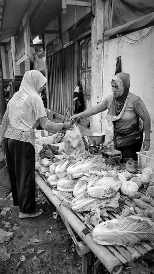 Women Two People Real People Market Traditional Markets Traditional Marketplace Working Market Place Market Stall Market Reviewers' Top Picks Woman Portrait Woman Power Woman Face Woman At Work Woman Portraiture Blackandwhite Photography