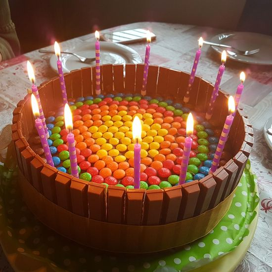 Zwölf Twelve Candlelight Candles 12 Geburtstag Geburtstagstorte Bunt Süss Sweet Food Sweet Cake Smarties Kerzen Kerzenlicht Birthday Cake Multi Colored Flame Birthday Celebration