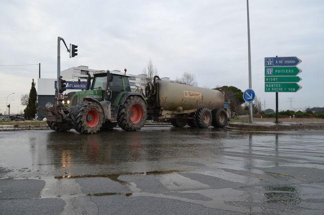 Les agriculteurs ont bloqué la rocade à l'entrée de La Rochelle le 25 janvier 2016. Agriculteur Blocage Farmers Farmers Protest Farmers Strike La Rochelle, France Manifestation Paille Protest Strike Tracteur