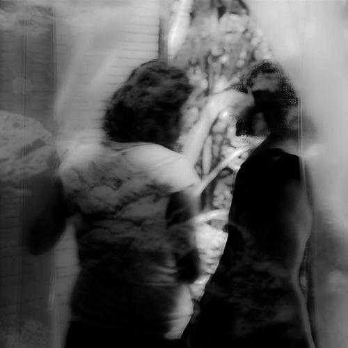REFLEXOS - Fugindo do óbvio: ir ao Zoo equipado de uma lente fixa 50mm e fotografar em Branco_e_preto (P &b). Gostei do resultado. Usei a Nikon D5100