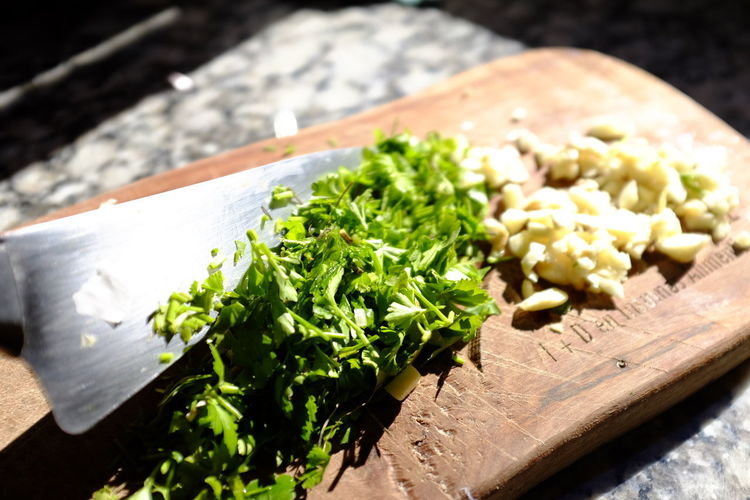 ajo y perejil Food Food And Drink Freshness Healthy Eating Wellbeing Vegetable Still Life Cutting Board No People Herb Close-up Green Color High Angle View Indoors  Raw Food Selective Focus Chopped Wood - Material Focus On Foreground Table Tray Vegetarian Food Perejil Y Ajo Cuchillo Perejil Ajo