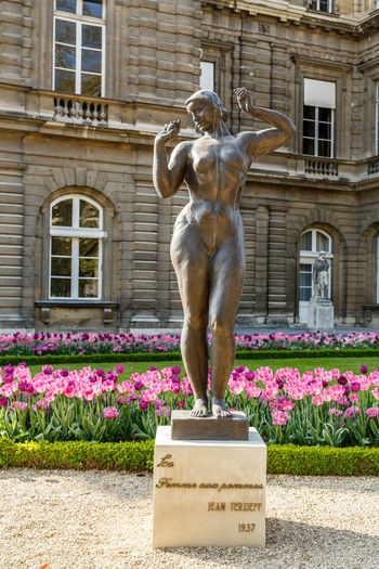 Animal Themes Architecture Building Exterior Built Structure Day Flower Le Jardin Du Luxembourg Nature No People Outdoors Sculpture Statue Tulip