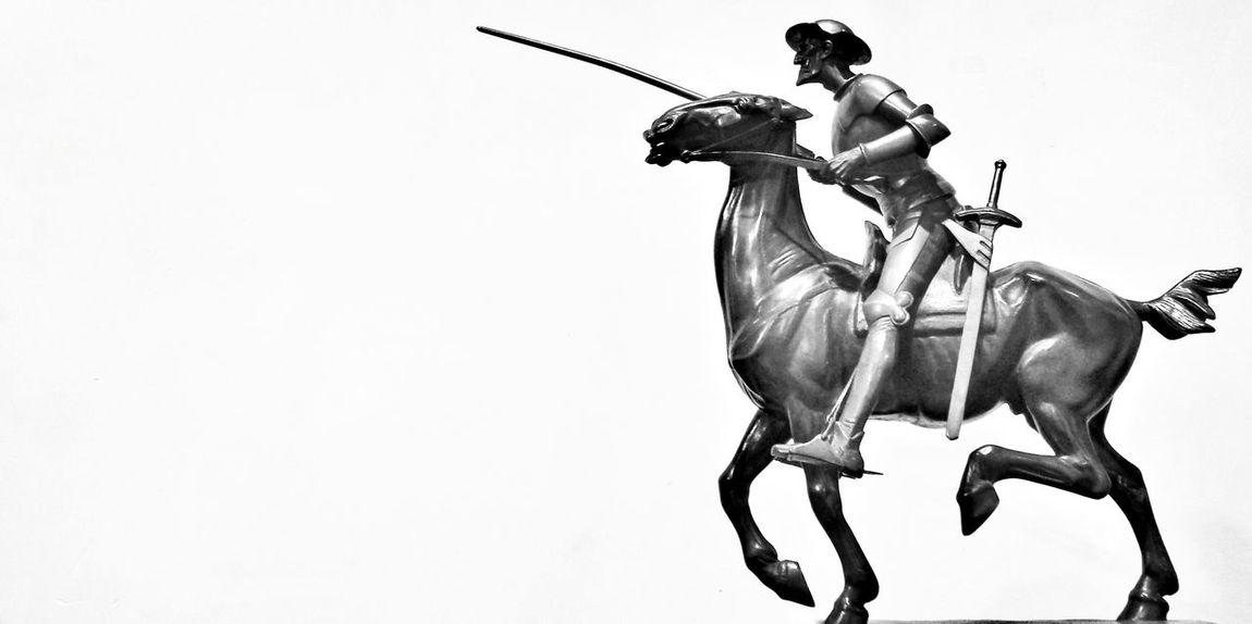 """""""Otra vez siento bajo mis talones el costillar de Rocinante, vuelvo al camino con mi adarga al brazo..."""" Che Guevara Blackandwhite Monochrome Sculpture Mi Serie Minimal"""