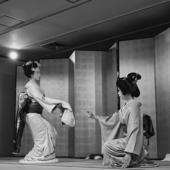Kyo-mai ( 京舞 ) : Dancing Around The World Gion In Kyoto Maiko Geiko Real People On Stage Photography Indoors  Black And White Photography Low Position / LEICA Q Typ116 50mm F/1.7 handheld Colorsplash edit plus