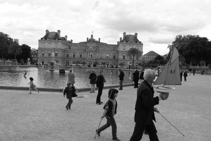 Both People Fontain Children Paris Water Granfather Moments Feel The Journey