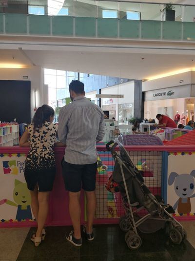 compartiendo con nuestro hijo Pram Carreola Couple Man Supermarket Full Length Togetherness Women Standing Young Women Store Retail  Customer